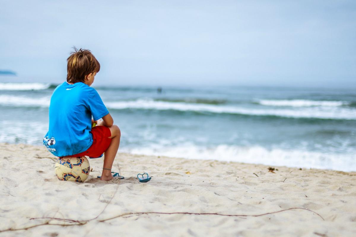 Jongen strand